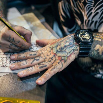 Megszámolod, hány aláírást tetováltatott a hátára ez a férfi?