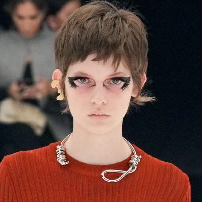 Akasztófa-hurok nyaklánc miatt áll a bál a Givenchy körül