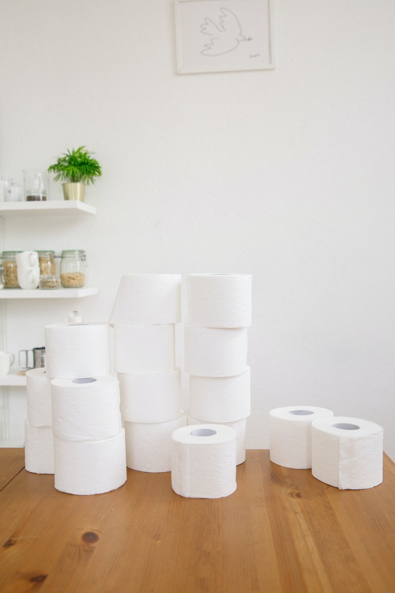 A tartalék WC papír tekercsek tárolására kiváló megoldást tud nyújtani a WC papír adagoló